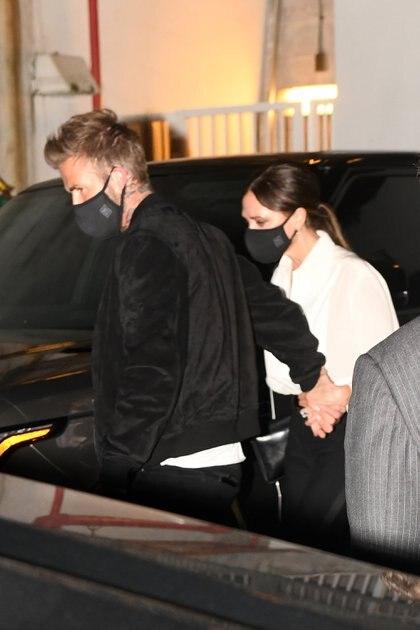 Victoria y David Beckham, de vacaciones en Miami, salieron a cenar y a tomar vino con amigos y aunque el ex futbolista quiso esquivar a los fotógrafos, no lo logró.