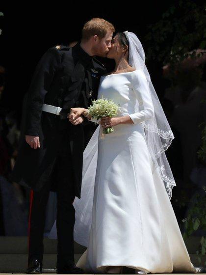 La hoy duquesa de Sussex eligió un diseño de la firma Givenchy off white que se complementaba con un velo de cinco metros y una tiara de la colección de joyas original de la realeza