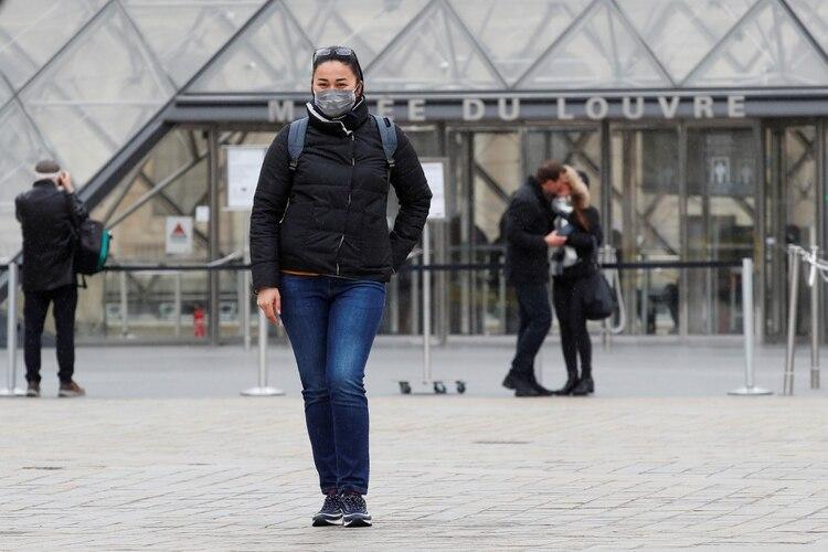 El museo del Louvre en París se mantiene cerrado desde la semana pasada despúes de que el gobierno francés prohibiera las agolmeraciones de más de 100 personas para disminuir el contagio de COVID-19 (Foto: REUTERS/Gonzalo Fuentes)