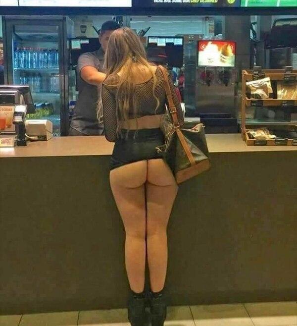 Una joven británica fue vista desnuda en un local de Mallorca pidiendo una hamburguesa