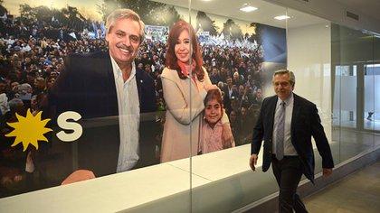 Alberto Fernández llega a las oficinas de la calle México para la entrevista con Infobae