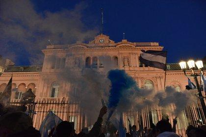 Los manifestantes terminaron la jornada protestando frente a la Casa de Gobierno