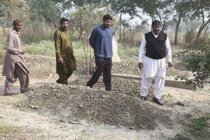 Pervez Masih, primo de Samiya David, visita su tumba en Mazaikewale (AP)
