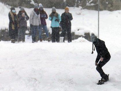 Un estudiante del King's College hace snowboard en Wilkes-Barre, Pennsylvania (Dave Scherbenco/The Citizens' Voice via AP)
