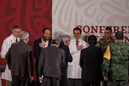 No hubo espacio para que los reporteros le preguntaran. (FOTO: ANDREA MURCIA/CUARTOSCURO)