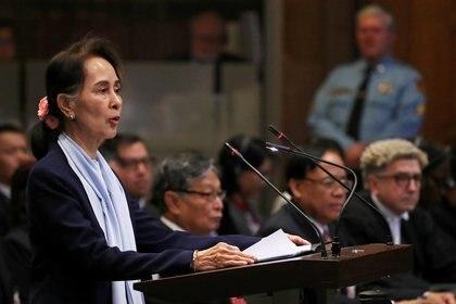 La premio Nobel Aung San Suu Kyi al hablar en la audiencia en La Haya contra la acusación de genocidio en su país el 11 de diciembre de 2019. La líder birmana está presa tras el golpe de estado militar (REUTERS/Yves Herman/File Photo)