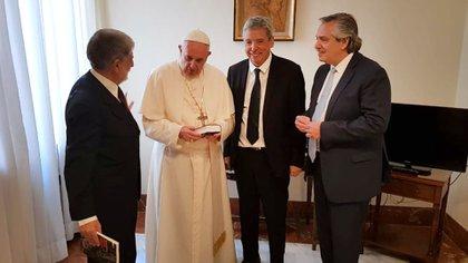 Alberto Fernández y el papa Francisco, en 2018, durante una visita en el Vaticano (@ominamipascual)
