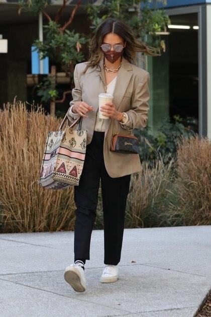 Jessica Alba fue fotografiada caminando en Los Ángeles, café en mano, luego de ir de compras. La actriz y empresaria llevaba una bolsa de Christian Dior