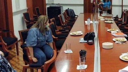 Marcela Alemán se amarró a una silla de las oficinas de la CNDH, ubicadas en el Centro Histórico de la CDMX, para exigir justicia para su niña, que fue violada por sus profesoras en el colegio que asistía, ubicado en San Luis Potosí (Foto: especial)