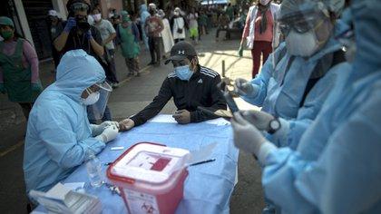 29/04/2020 Un trabajador sanitario toma muestras en Lima, Perú.POLITICA INTERNACIONAL-/El Comercio via GDA via ZUMA W / DPA