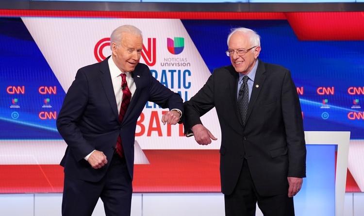 Biden y Sanders, con un saludo a tono con las prevenciones por el coronavirus (Reuters)