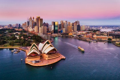Es una de las ciudades más grandes de Australia. Uno de los puntos imperdibles para visitar es la famosa Ópera con su arquitectura única y las vistas al océano índico y el Royal Botanic Gardens. Otro de los lugares para conocer en Sydney es Bondi Beach, para los amantes del surf y las olas