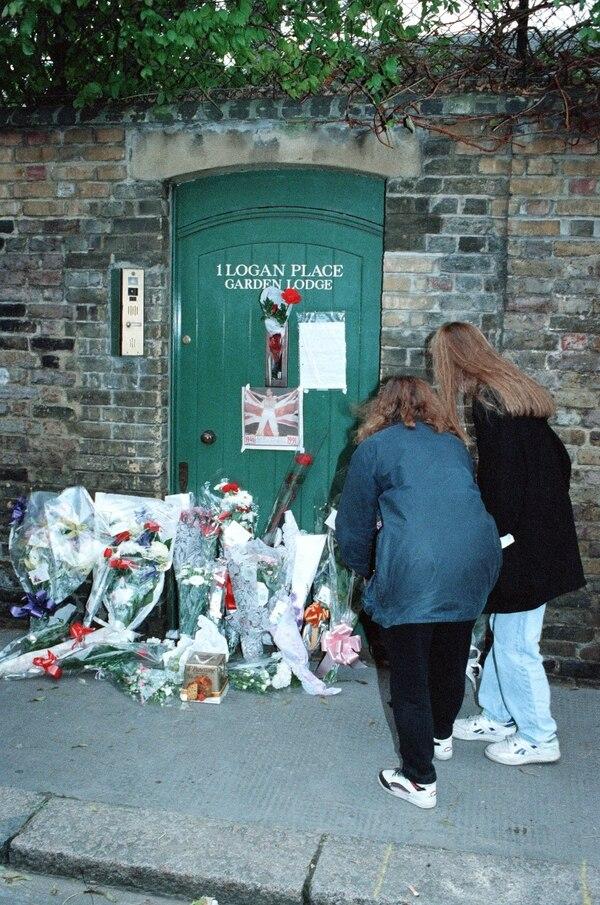 Fanáticos dejan ofrendas en la puerta de la mansión Garden Lodge, en Kensington, Londres, lugar en el que murió Freddie Mercury. En esa propiedad vive hoy Mary Austin (Getty Images)