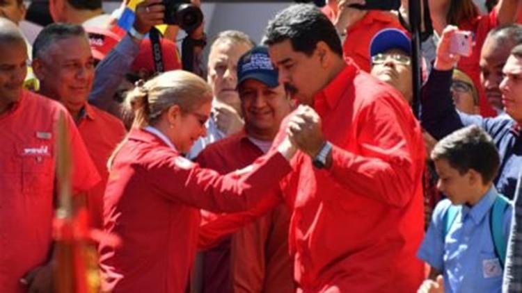 Nicolás Maduro bailando su esposa, Cilia Flores, durante un acto del PSUV