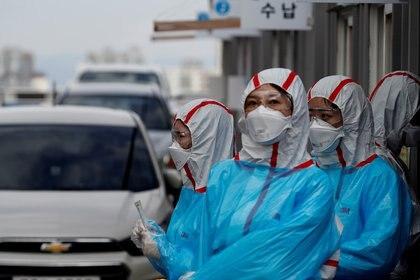 Personal médico trabaja en un centro de pruebas de COVID-19 para automovilistas en Daegu, Corea del Sur, el 3 de marzo de 2020 (Reuters/ Kim Kyung-Hoon/ Foto de archivo)