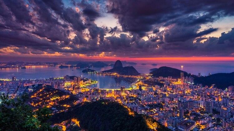 El clima es tan caluroso y húmedo que los lugareños tienen que prácticamente desnudarse para combatir el calor. Eso es solo una parte de por qué los brasileños fueron clasificados como la cuarta nacionalidad más sexy del mundo. Los animados festivales de carnaval hacen que Río de Janeiro sea súper seductor