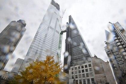 FOTO DE ARCHIVO: Un árbol con follaje otoñal recortado contra los rascacielos de oficinas de la City de Londres durante un día de lluvia, en Reino Unido, el 9 de noviembre de 2018. REUTERS/Toby Melville