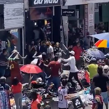 Los manteros enfrentaron a los comerciantes en la vereda de sus negocios