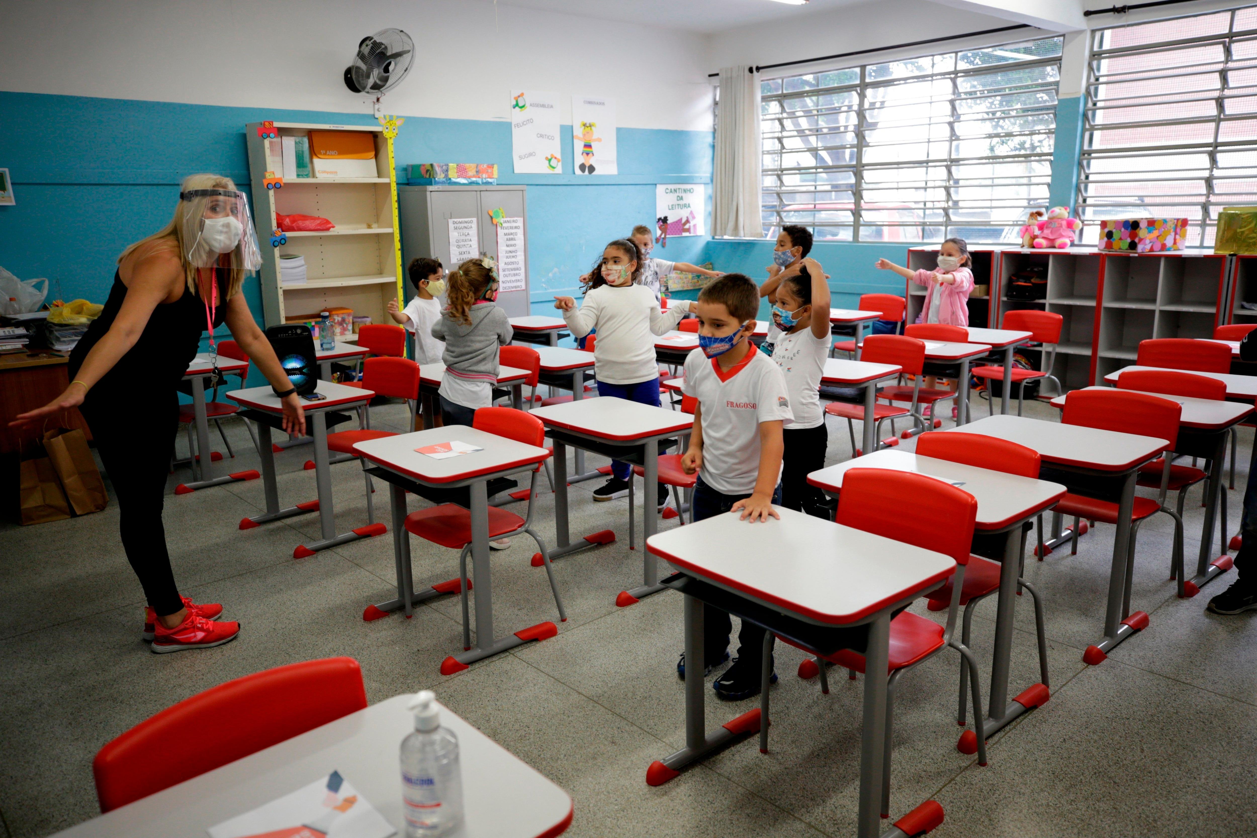 Niños retoman las clases, el 8 de febrero de 2021, en la escuela estatal Raúl Antonio Fragoso, en Sao Paulo (Brasil) EFE/Fernando Bizerra