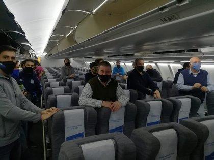 Raúl Kulichevsky, director ejecutivo y Técnico de la Conae posa en un avión vacío con destino a Miami (Conae)
