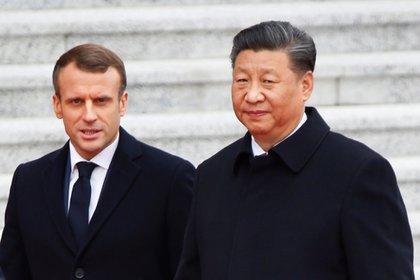 El presidente francés, Emmanuel Macron, asiste a una ceremonia de bienvenida con el presidente chino, Xi Jinping, frente al Gran Salón del Pueblo en Beijing, China, el 6 de noviembre de 2019. REUTERS / Florence Lo. Foto de archivo