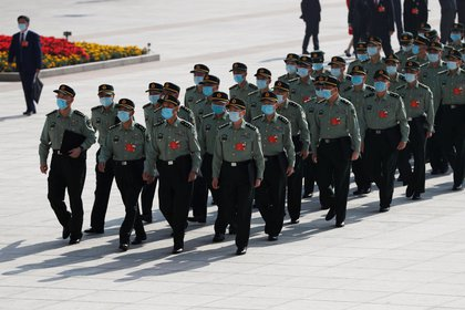 Delegados militares con mascarillas en Beijing (Reuters)