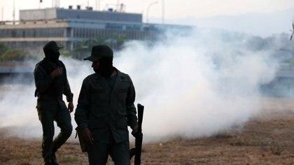 Los militares afines al chavismo lanzaron gases lacrimógenos.