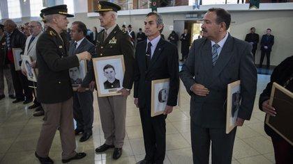 El Jefe del Ejército Claudio Pasqualini Homenajeando a soldados caídos en combate en los 70(Adrián Escandar)