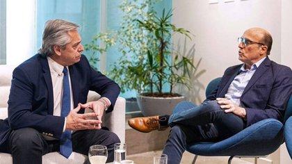 Fernández junto a Daniel Martínez, el candidato del Frente Amplio que habría perdido el balotaje en Uruguay
