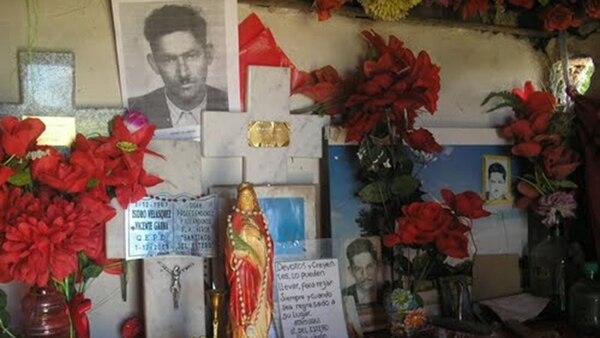 El lugar donde mataron a Isidro Velázquez y el cementerio donde están sus restos reciben flores y demás ofrendas.