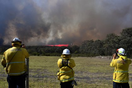 Un avión hidrante sobrevuela la montaña Gospers, al noroeste de Sidney (Reuters)