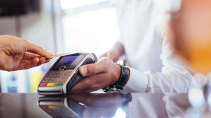 Entre los servicios, el banco ofrece una Visa Débito contactless internacional.