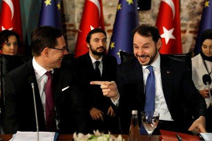 Албайрак шутит с вице-президентом Еврокомиссии Юрки Катайненом во время встречи в Стамбуле.  REUTERS / Умит Бектас