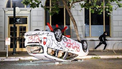 Un vehículo destruido en Oakland (AP Photo/Noah Berger)