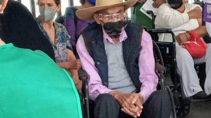 A los 99 años, el ex presidente Luis Echeverría hizo fila para vacunarse contra COVID-19