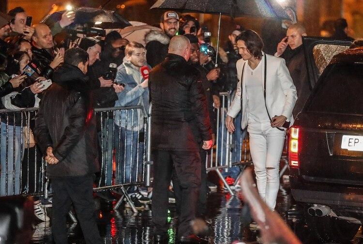 Edinson Cavani es abordado por los periodistas en las afueras del local bailable (Zakaria ABDELKAFI / AFP)