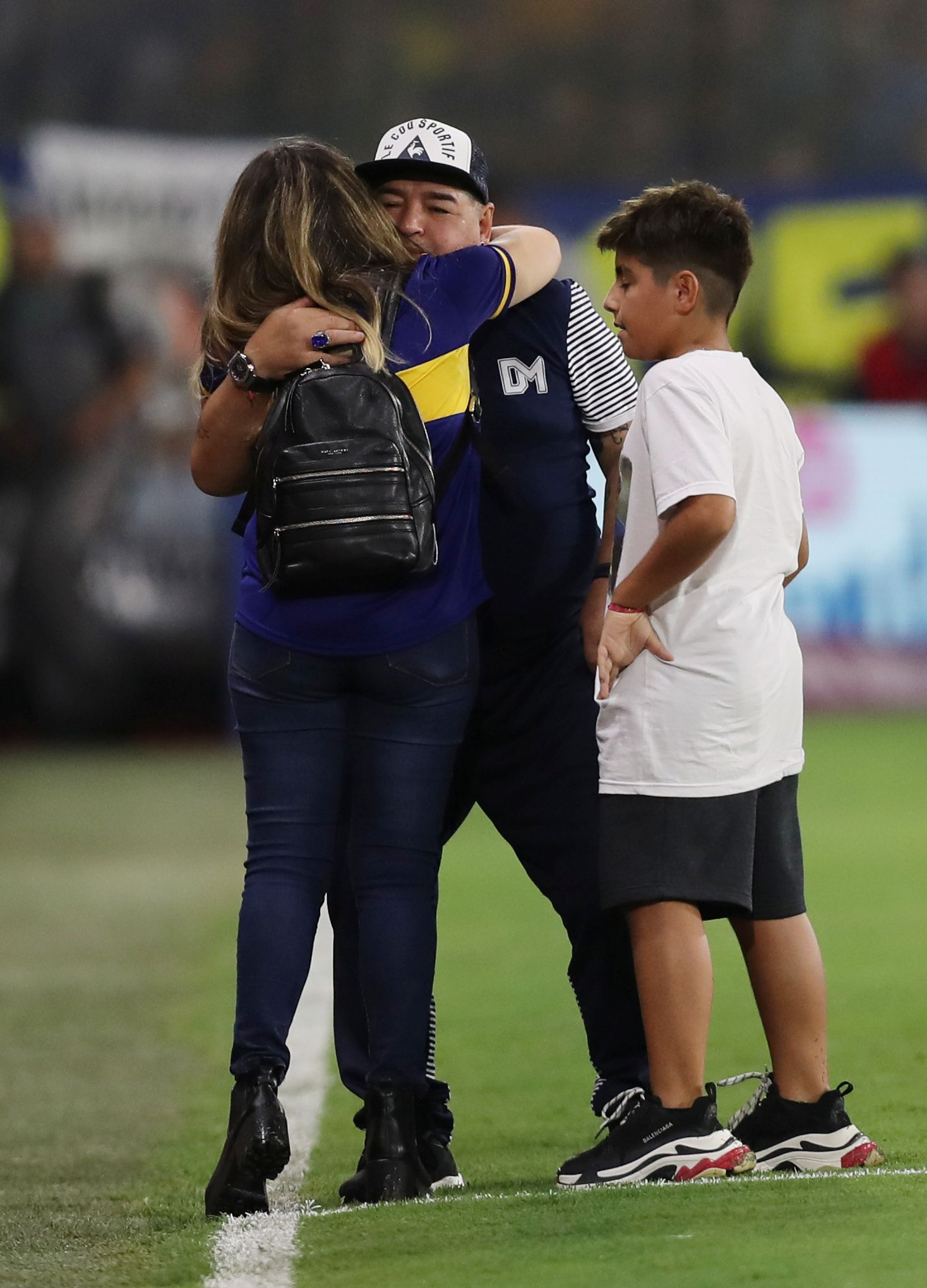El abrazo de su hija Dalma y su nieto Benjamín en un partido entre Boca y Gimnasia del 2019 (Foto: Reuters)