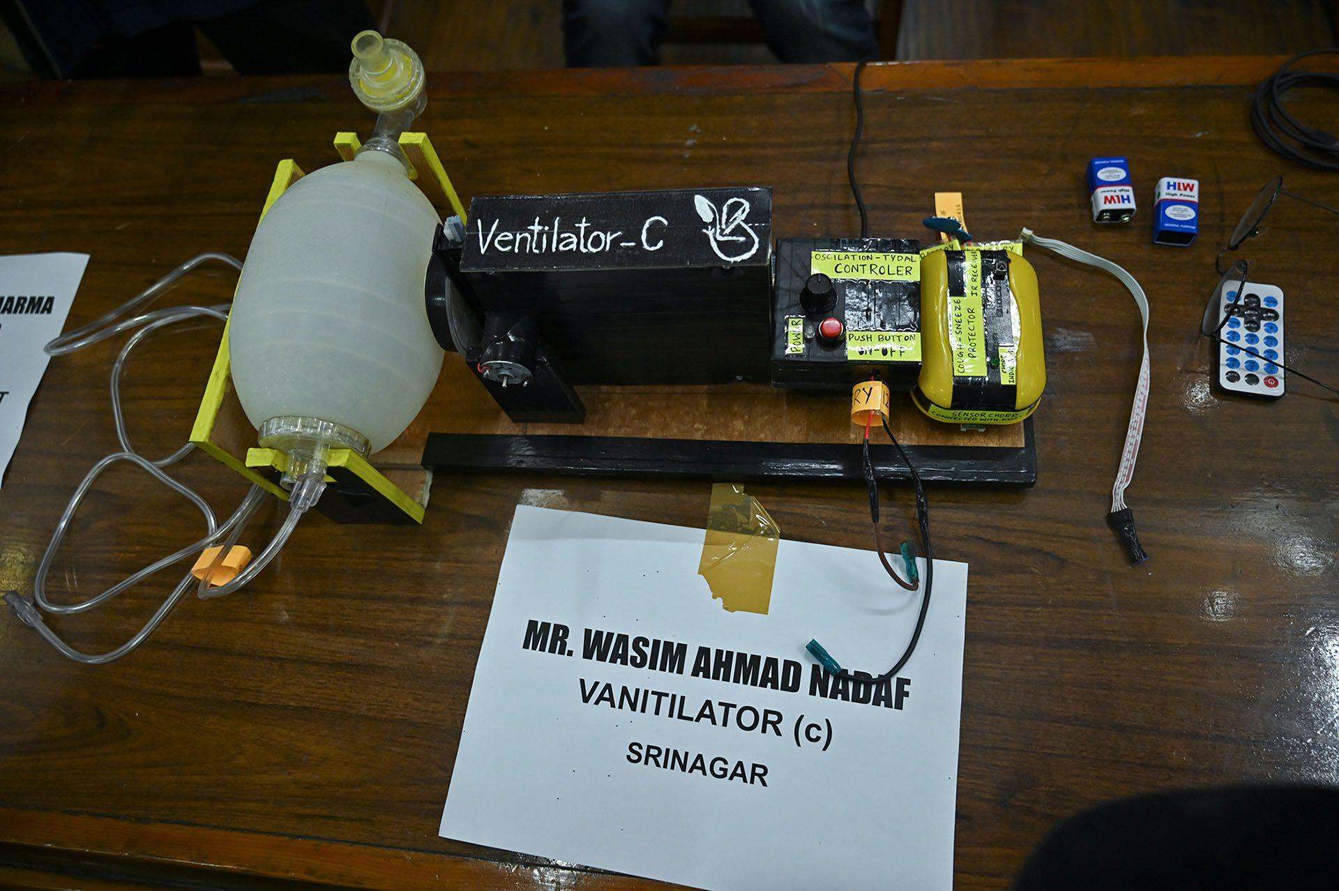 """Un prototipo de ventilador expuesto durante el """"Desafío de Innovación Abierta COVID-19"""" organizado por el Centro de Innovación, Incubación y Desarrollo Empresarial (IIED) de Srinagar, donde los estudiantes mostraron sus inventos de equipos médicos el 23 de abril de 2020. (Foto de Tauseef MUSTAFA / AFP)"""