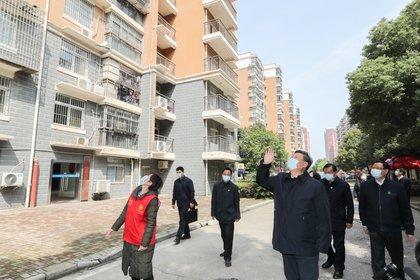 El presidente chino, Xi Jinping, saluda a los residentes que están en cuarentena en sus casas en una comunidad en Wuhan, el epicentro del nuevo brote de coronavirus, provincia de Hubei, China, este 10 de marzo. Fue su régimen el que censuró a los médicos que alertaban sobre el virus (Reuters)