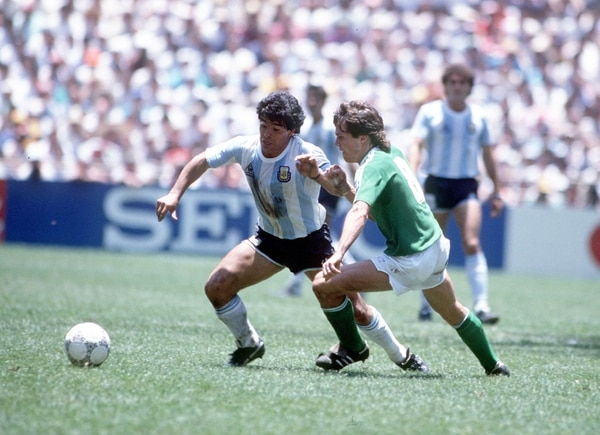 Maradona maniobra ante Lothar Matthaeus. en el 90, fue el alemán el que celebró