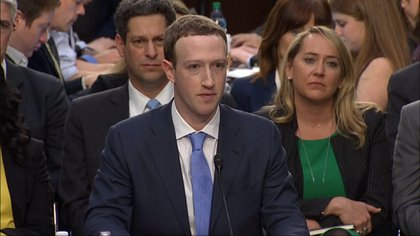 Mark Zuckerberg de testificando ante el Senado de los Estados Unidos.