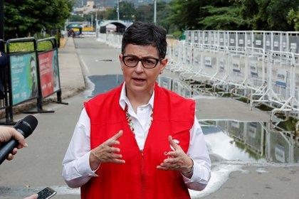 La ministra de Asuntos Exteriores de España, Arancha González Laya, habla con medios de comunicación tras recorrer el Puente Internacional Simón Bolívar, fronterizo con Venezuela, en Cúcuta (Colombia).