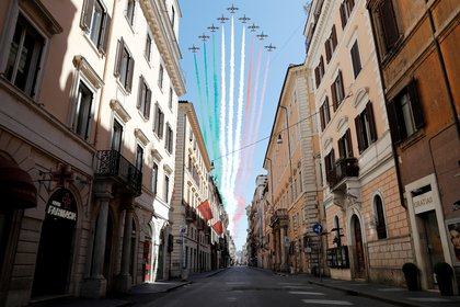 Aviones militares sobrevolaron una Roma desierta para pintar en los cielos de la capital italiana los tres colores de la bandera del país (REUTERS/Remo Casilli)