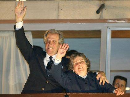 Tabaré Vázquez et sa femme, Maria Auxiliadora, saluent la foule en pleine campagne pour la présidence, en octobre 2004. AFP PHOTO / MIGUEL ROJO ****
