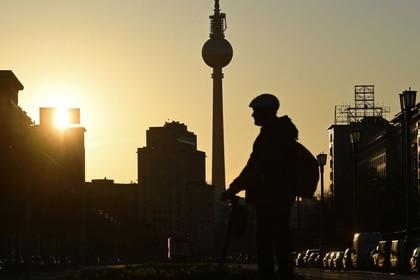 Un hombre es visto frente a la torre de televisión durante la puesta de sol, mientras continúa la propagación de la enfermedad coronavirus (COVID-19), en Berlín, Alemania, el 7 de abril de 2020.  REUTERS/Annegret Hilse
