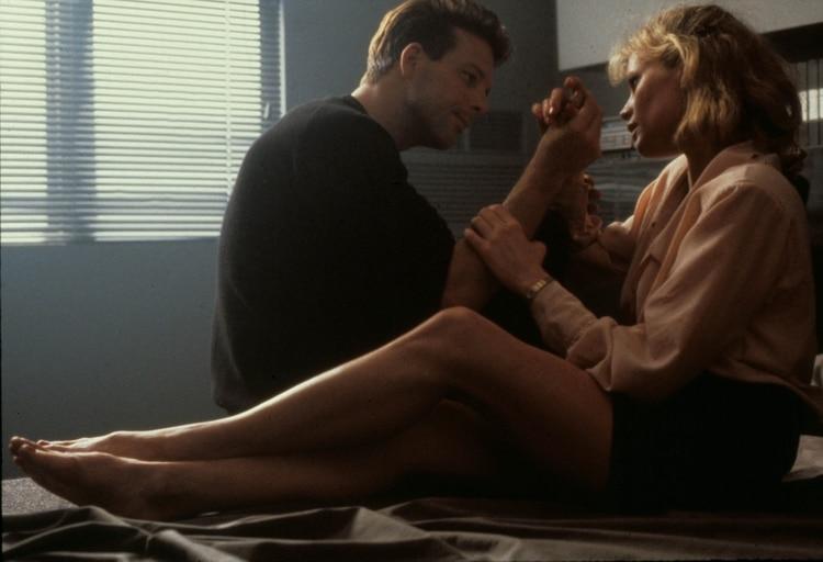 Durante el casting, Kim tuvo una muestra de cómo sería la mano. El director solo le daba órdenes a Mickey Rourke mientras que a ella la ignoraba. Su personaje, Elizabeth, jugaba a ser una prostituta que gateaba tras los billetes que le arrojaba su pareja, hasta que él dijera basta (Moviestore/Shutterstock)