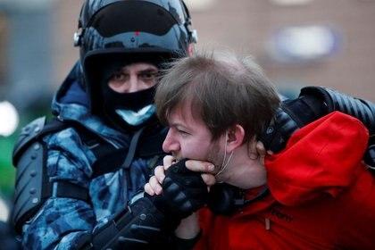 Un agente de las fuerzas del orden detiene a un hombre durante una concentración de apoyo al líder opositor ruso encarcelado Alexei Navalny en Moscú, Rusia, el 23 de enero, 2021. REUTERS/Maxim Shemetov