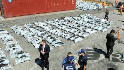 Carbón Blaco fue, en 2006, el mayor decomiso de cocaína que se había realizado en la Argentina. la droga estaba oculta en carbón vegetal en una quinta de José C. Paz.