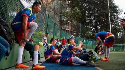 Jugadores de la selección Colombia de fútbol con prótesis preparándose para un partido.
