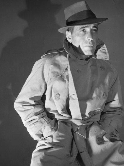 El trench y el sombrero fedora, dos marcas que persisten en el cine policial